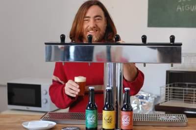 Pelayo serving beers at Món