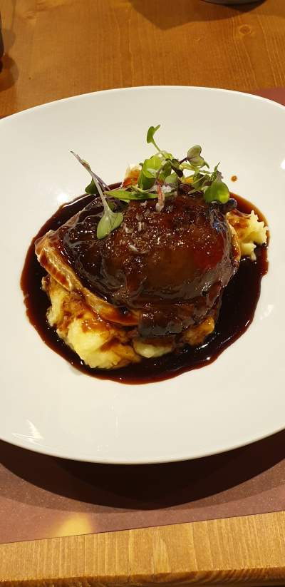 Pork cheeks in stout stuffed with goat's cheese